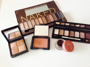 Shadow palettes, blush and bronzer in the nude